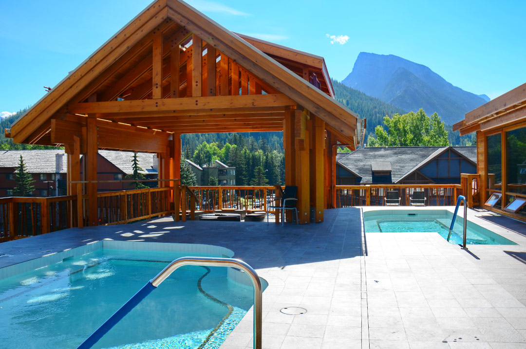 Moose hotel suites amenities banff hotel pools spa for Outdoor pools open